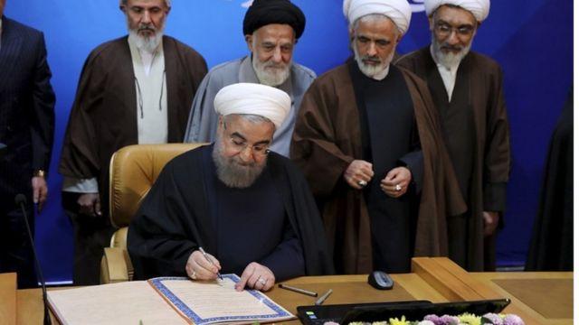 حسن روحاني يوقع ميثاق حقوق المواطنة