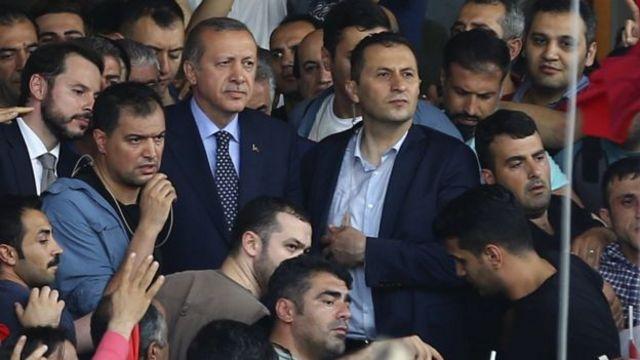 Erdogan (hagati) ku kibuga cya Ataturk mu mujyi wa Istambul.