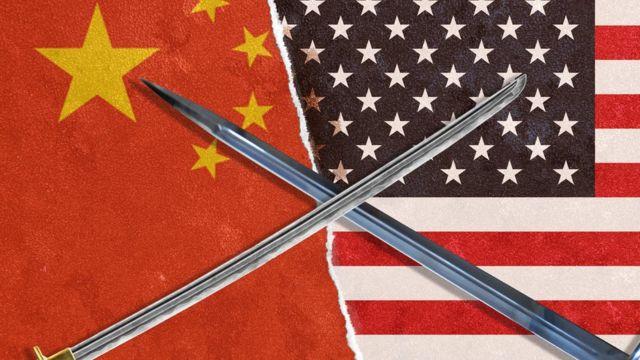 Banderas de Estados Unidos y China contrapuestas.
