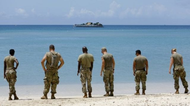 US soldiers wait on a beach for a navy landing craft as their unit evacuates in advance of Hurricane Maria, in Charlotte Amalie, St Thomas, US Virgin Islands. Photo: 17 September 2017
