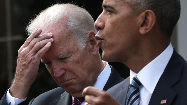 الرئيس الأمريكي باراك أوباما يدلي ببيان بشأن نتائج الانتخابات، وإلى جواره نائبه جوزيف بايدن. وقد هنأ أوباما ترامب بالفوز، ودعاه إلى البيت الأبيض.