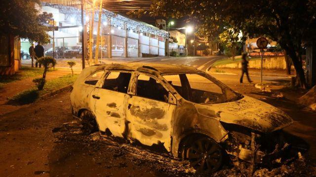 Carro que foi incendiado pelos assaltantes