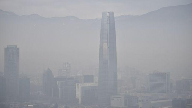 Santiago de Chile cubierta de smog en 2015