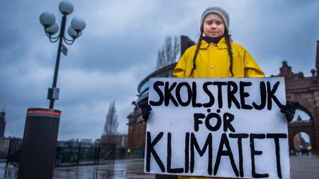 Greta Thunberg con una pancarta explicando su huelga por el cambio climático