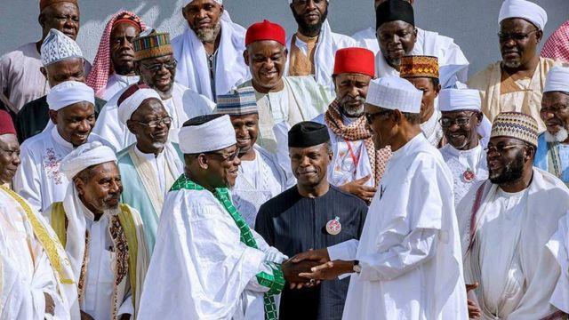 Shugaban Najeriya Muhammadu Buhari bayan ya gana da malaman addinin Musulunci a fadarsa da ke Abuja ranar Juma'a