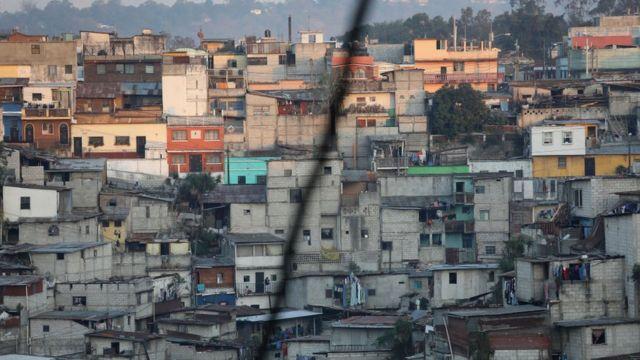 Casas empobrecidas en una colina de América Latina.