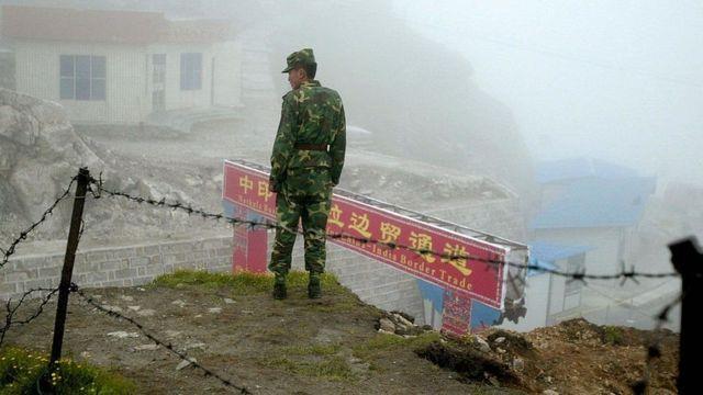 جندي صيني على نقطة مراقبة حدودية