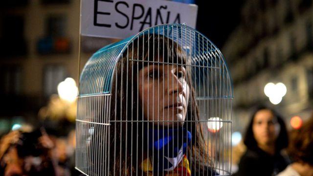 En Barcelona cientos de miles de independentistas protestaron contra el encarcelamiento preventivo de ocho exconsejeros del gobierno catalán.