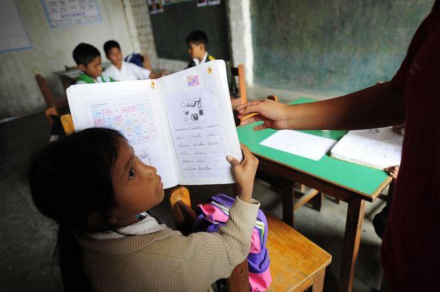 Un alumno muestra su cuaderno