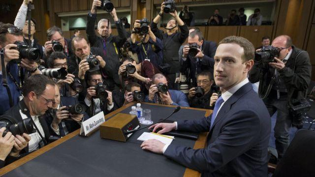 米上院の公聴会で証言者席に座るフェイスブックのマーク・ザッカーバーグCEO