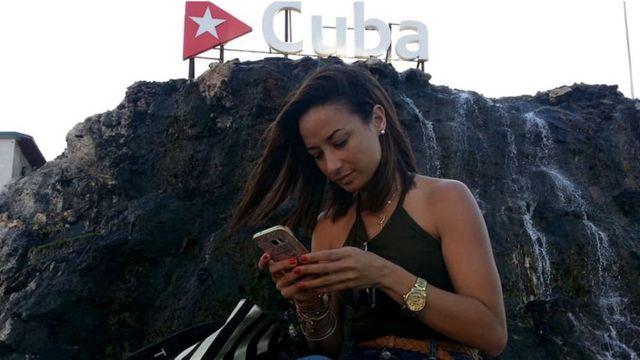 Cubana usando celular