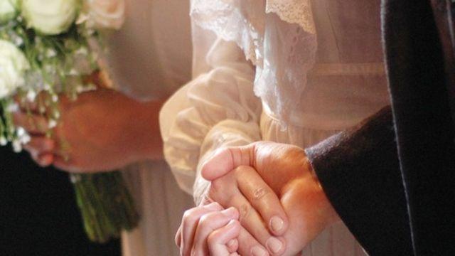 Las manos de la novia y el novio unidas durante una boda en Erevá, Armenia.