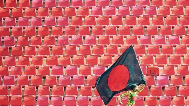 টেস্টের চতুর্থ দিনের শুরুতে চট্টগ্রামের জহুর আহমেদ ক্রিকেট স্টেডিয়ামে বাংলাদেশের এক সমর্থক