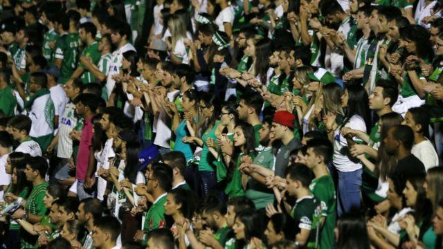 مشجعو الفريق البرازيلي يقفون حدادا على أرواح الضحايا