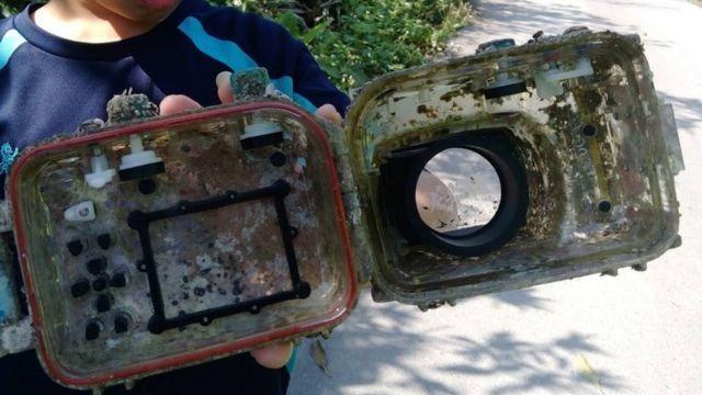 Kućište fotoaparata obraslo školjkama
