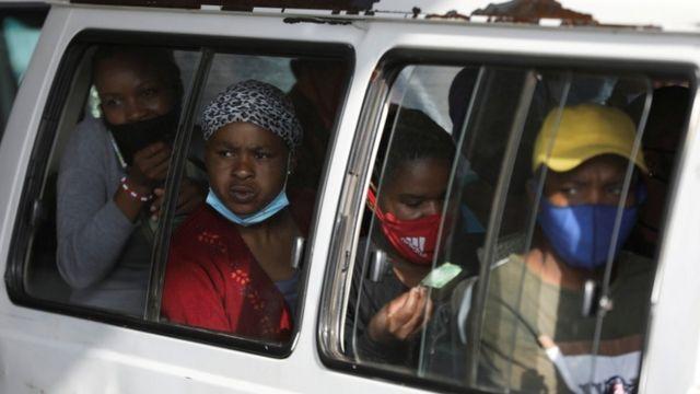 pessoas dividem carro lotado, na África do Sul, um dos países mais duramente afetados pela covid-19