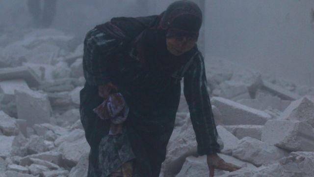 سيدة في موقع مدمر إثر غارة على شرق حلب