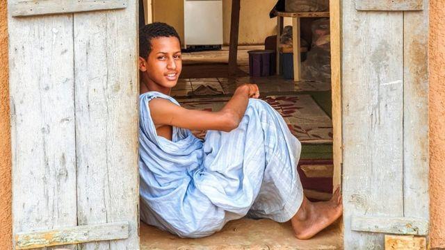 En Mauritanie, les jeunes générations portent régulièrement des daraas bleus