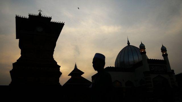 Sejumlah warga mengunjungi Masjid Menara Kudus di Desa Kauman, Kudus, Jawa Tengah, Sabtu (19/5). Selama Ramadan Masjid yang termasuk cagar budaya yang dibangun pada masa Sunan Kudus pada tahun 1549 Masehi dengan arsitektur perpaduan budaya Islam dengan budaya Hindu yang mempunyai menara seperti candi tersebut ramai dikunjungi umat Islam baik dari Kudus maupun daerah lain untuk beribadah dan berwisata religi.