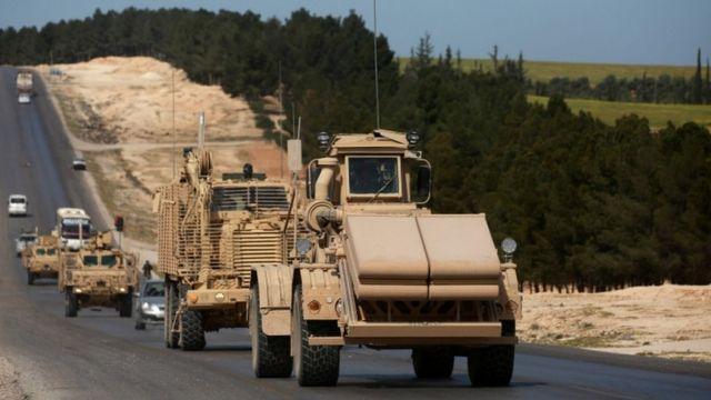 مركبات تابعة لقوات التحالف بقيادة الولايات المتحدة بالقرب من منبج شمالي سوريا