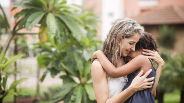 Rutilene de Sousa con Larissa en brazos