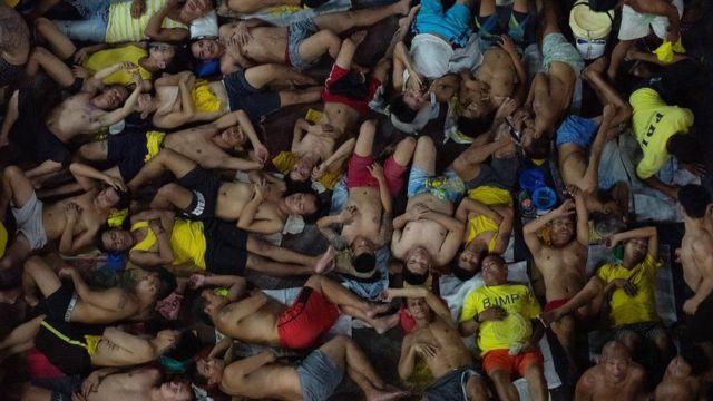 Manila'daki Quezon cezaevi sürekli kapasitesinin çok üzerinde mahkum barındırıyor