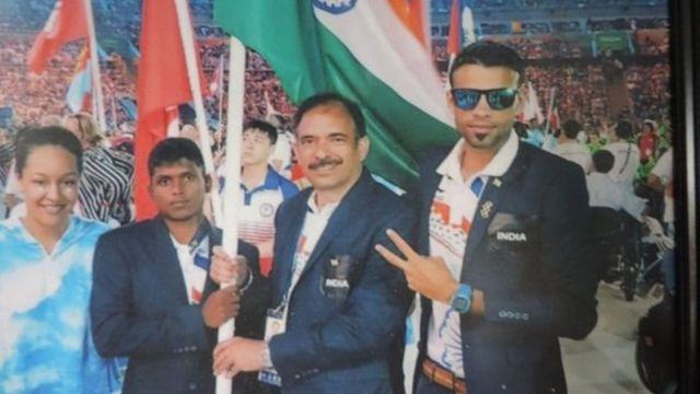 मरियप्पन की भारतीय पैरालिंपियन टीम के साथ फोटो