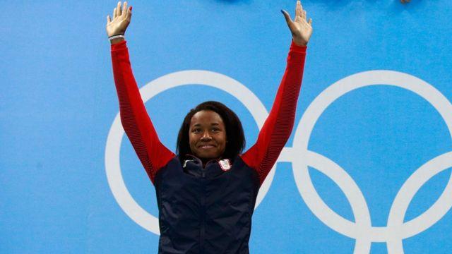 Nadadora Simone Manuel durante cerimônia de premiação na Rio 2016
