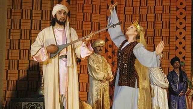 صحنه ای از «اپرای رودکی»، ساختۀ شرف الدین سیف الدینف، آهنگساز تاجیک، که از مهمترین آثار نمایشی در بارۀ رودکی محسوب می شود. این اپرا شامل دو پرده و پنج نمایش است که در سال ۲۰۰۹ به مناسبت روز رودکی بار دیگر در تئاتر اپرا و بالۀ تاجیکستان به نمایش در آمد