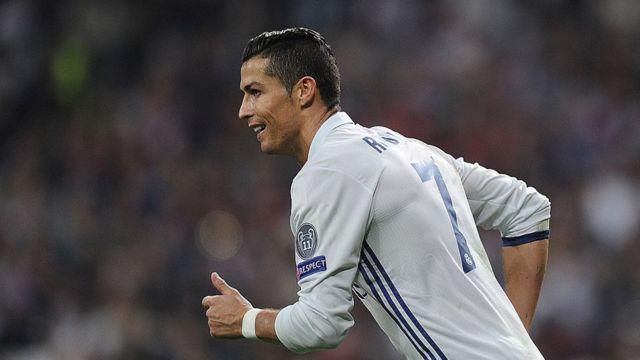 Ronaldo, vainqueur de l'Euro 2016, avec le Portugal, est le favori du Ballon d'Or France Football.