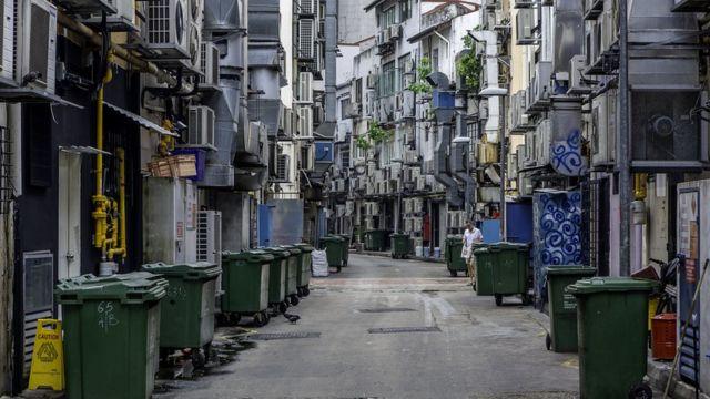 Singapur'da yeşil geri dönüşüm çöp konteynırları