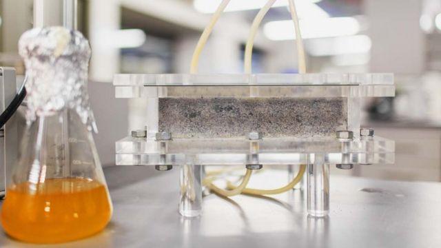 Recipiente com urina e um molde de biotijolo