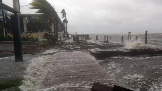 Un puerto inundado en Cocoa Beach.