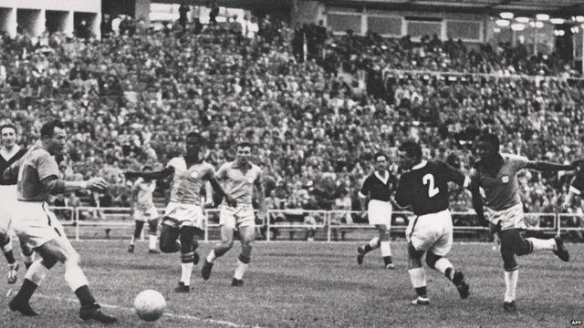 Pelé anota frente a Gales en 1958.