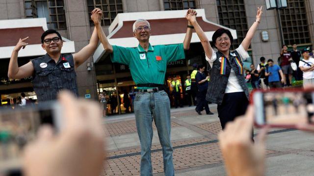 祁家威(圖中)與力推婚姻平權法案的國民黨立法委員許毓仁(圖左),民進黨立委尤美女(圖右)宣傳國際反恐同日。