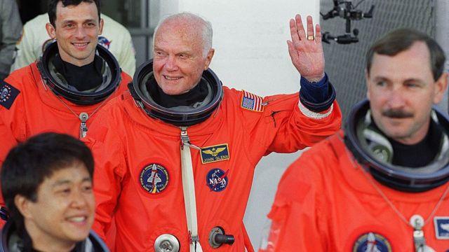 أصبح جون غلين عند عمر 77 عاما الرجل الأكبر سنا الذي يسافر إلى الفضاء.