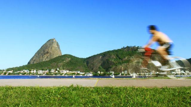 Homem andando de bicicleta no Rio