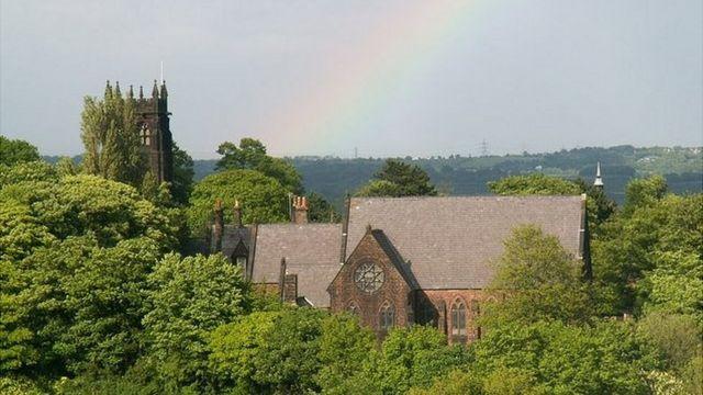 Imagem da St Peter's Church, em Woolton, vista de cima