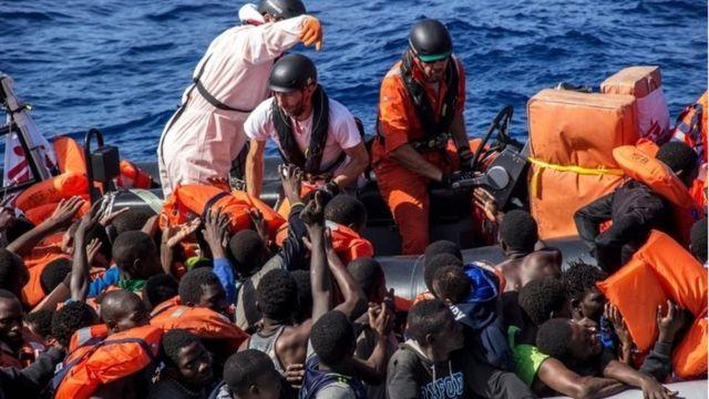 انقاذ عدد من المهاجرين الأفارقة في البحر الأبيض المنوس