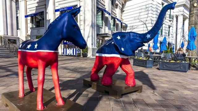 Figuras de un burro y un elefante con los colores de la bandera estadounidense frente a un hotel en Estados Unidos