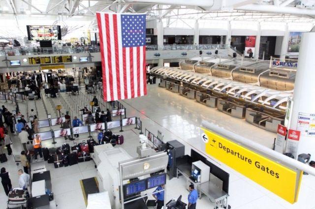 aeroporto com bandeira dos EUA