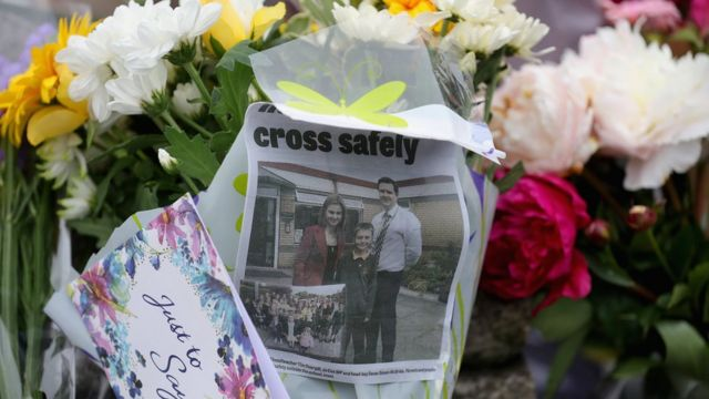 Flores en honor a Jo Cox