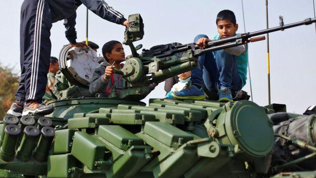 अजमेर में भारतीय सेना के एक टैंक को देखते बच्चे.