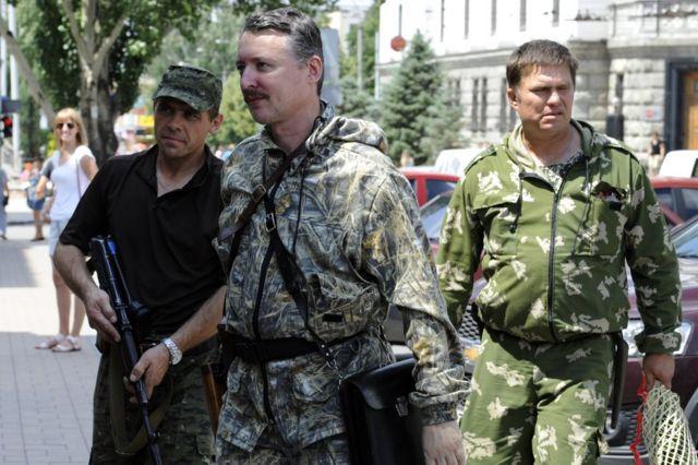 ایگور گریکین (مرکز تصویر) به همراه محافظان خود در دونتسک، ژوئیه ۲۰۱۴