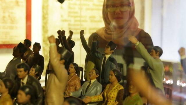 Pengunjung mengamati koleksi yang dipajang di Museum Sumpah Pemuda, Jakarta, Jumat (26/10/2018). Masyarakat ramai mengunjungi museum ini menjelang peringatan Hari Sumpah Pemuda ke-90 yang jatuh pada Minggu 28 Oktober 2018. ANTARA FOTO/Rivan Awal Lingga/foc.