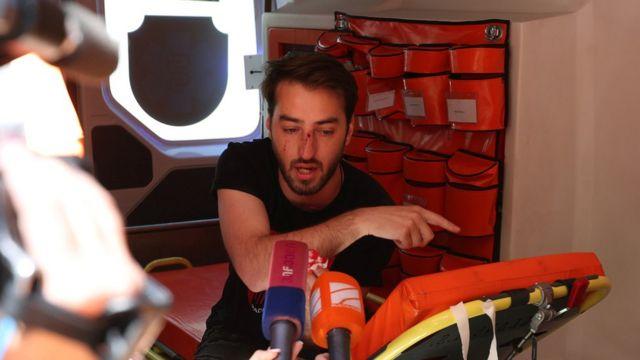 Saldırıya uğrayan gazetecilerden biri ambulansla hastaneye kaldırıldı