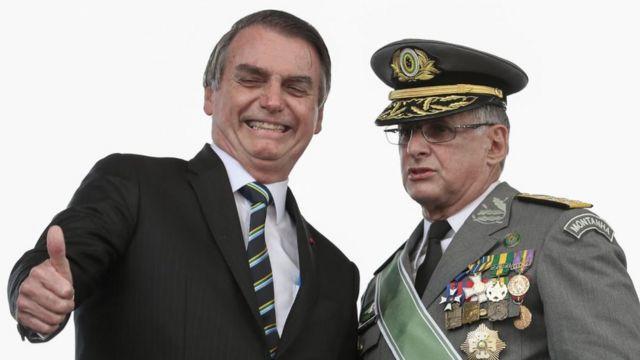 Jair Bolsonaro (esq.) com o comandante do Exército, general Edson Leal Pujol