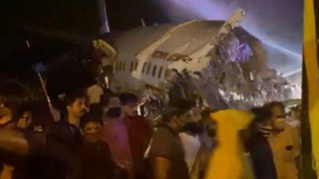 صورة تظهر الطائرة بعد تحطمها في مطار كاليكوت في ولاية كيرالا