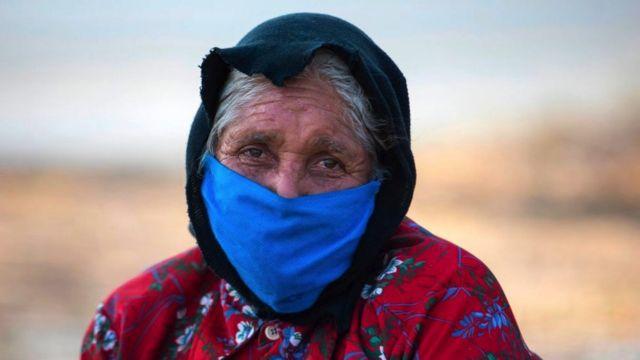 Uma idosa usa máscara facial como medida preventiva contra a propagação do novo coronavírus, COVID-19, em Manágua, Nicarágua
