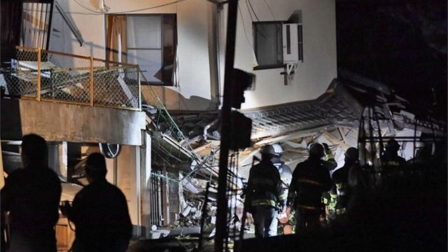 被害のあった建物に閉じ込められている人がいないか探す消防隊。住民のひとりはNHKに「住んでいるアパートが傾いている」と話した(15日)